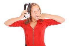 Muchacha preciosa que escucha una música con los auriculares Imagenes de archivo
