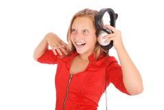 Muchacha preciosa que escucha una música con los auriculares Imágenes de archivo libres de regalías