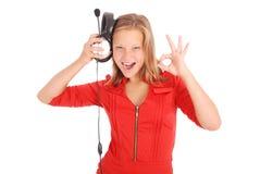 Muchacha preciosa que escucha una música con los auriculares Foto de archivo