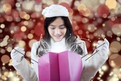 Muchacha preciosa que mira sorpresa de la Navidad Foto de archivo
