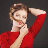 Muchacha preciosa que se divierte que muestra un bigote del pelo Fotos de archivo libres de regalías