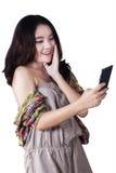 Muchacha preciosa que sostiene un teléfono móvil Fotos de archivo libres de regalías