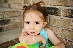 Muchacha preescolar con el tutú y el lechón Imagen de archivo