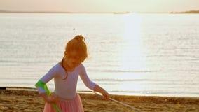 Muchacha preescolar de la muchacha con la cinta gimnástica Verano, puesta del sol almacen de video
