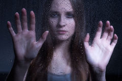 Muchacha preocupada adolescente que busca ayuda Foto de archivo libre de regalías
