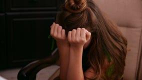 Muchacha preocupante joven en el psicólogo para aconsejar metrajes