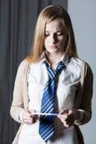Muchacha preocupante joven que lleva a cabo la prueba de embarazo Fotos de archivo libres de regalías