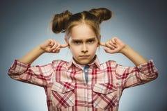 Muchacha preocupante que cubre sus oídos, observando No oiga nada Imágenes de archivo libres de regalías
