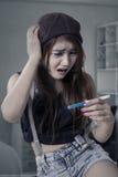Muchacha preocupante que lleva a cabo la prueba de embarazo Fotografía de archivo libre de regalías