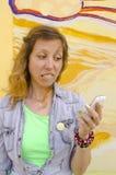Muchacha preocupante que mira su teléfono elegante Fotografía de archivo libre de regalías