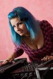 Muchacha punky DJ con el pelo azul teñido Fotografía de archivo