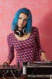 Muchacha punky DJ con el pelo azul teñido Fotos de archivo