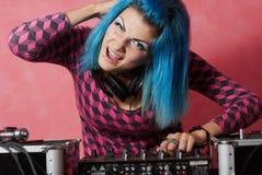 Muchacha punky DJ con el pelo teñido del turqouise Fotos de archivo libres de regalías