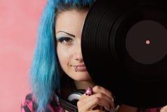 Muchacha punky DJ con el pelo teñido del turqouise Imagenes de archivo