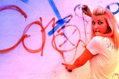Muchacha punky en la pared de la pintada Fotos de archivo