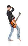 Muchacha punky que sostiene una guitarra y que canta Imagenes de archivo