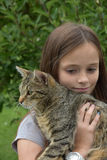 Muchacha que abraza con su gato Imagenes de archivo