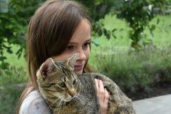 Muchacha que abraza con su gato Imágenes de archivo libres de regalías
