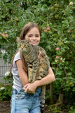 Muchacha que abraza con su gato Foto de archivo libre de regalías