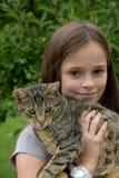 Muchacha que abraza con su gato Imagen de archivo