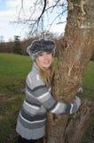 Muchacha que abraza el árbol Fotos de archivo