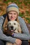 Muchacha que abraza el perro del perro perdiguero Foto de archivo libre de regalías