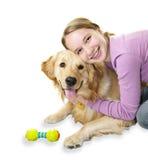 Muchacha que abraza el perro del perro perdiguero de oro Fotos de archivo