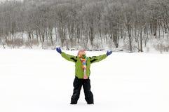 Muchacha que abraza invierno Fotografía de archivo libre de regalías