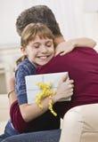 Muchacha que abraza a la abuela Fotos de archivo