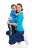 Muchacha que abraza a la madre foto de archivo libre de regalías
