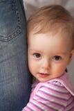 Muchacha que abraza la pierna del hombre Foto de archivo libre de regalías