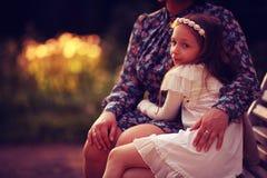 Muchacha que abraza a su madre Fotografía de archivo