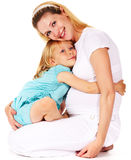 Muchacha que abraza a su madre embarazada Fotos de archivo libres de regalías