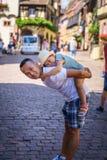Muchacha que abraza a su papá imágenes de archivo libres de regalías