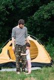 Muchacha que abraza a su papá en el bosque, viaje de la familia Imágenes de archivo libres de regalías