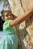 Muchacha que abraza un árbol Imagen de archivo libre de regalías