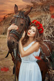 Muchacha que abraza una cabeza de caballo Fotografía de archivo libre de regalías
