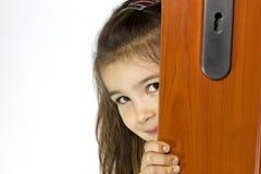 Muchacha que abre la puerta Fotografía de archivo libre de regalías