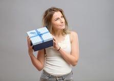 Muchacha que abre un presente aislado Imagen de archivo libre de regalías