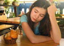 Muchacha que adelgaza adolescente en mirada de la dieta en la expresión del anhelo del wigh del pan del pan Fotografía de archivo