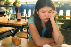 Muchacha que adelgaza adolescente en mirada de la dieta en la expresión del anhelo del wigh del pan del pan Fotos de archivo