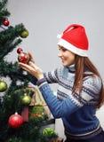 Muchacha que adorna el árbol de navidad foto de archivo libre de regalías