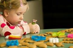 Muchacha que adorna las galletas de la Navidad Imagen de archivo libre de regalías
