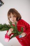 Muchacha que adorna un árbol de navidad Fotos de archivo libres de regalías