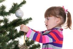 Muchacha que adorna un árbol del Año Nuevo Imagen de archivo libre de regalías