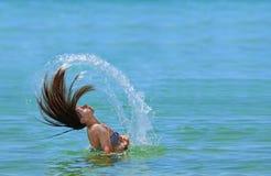 Muchacha que agita su pelo en el agua Fotografía de archivo