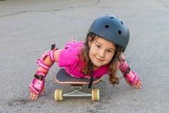 Muchacha que anda en monopatín en fondo natural Fotografía de archivo libre de regalías