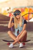Muchacha que anda en monopatín hermosa Imagen de archivo libre de regalías