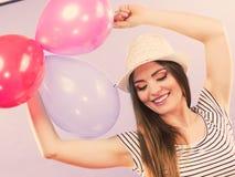 Muchacha que anima con los globos Fotos de archivo libres de regalías