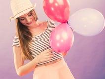 Muchacha que anima con los globos Imagen de archivo libre de regalías